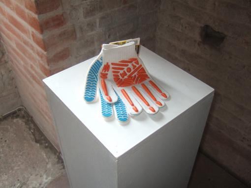 Handschuhe mit dem Aufdruck »Atom« (Ausstellungsansicht).